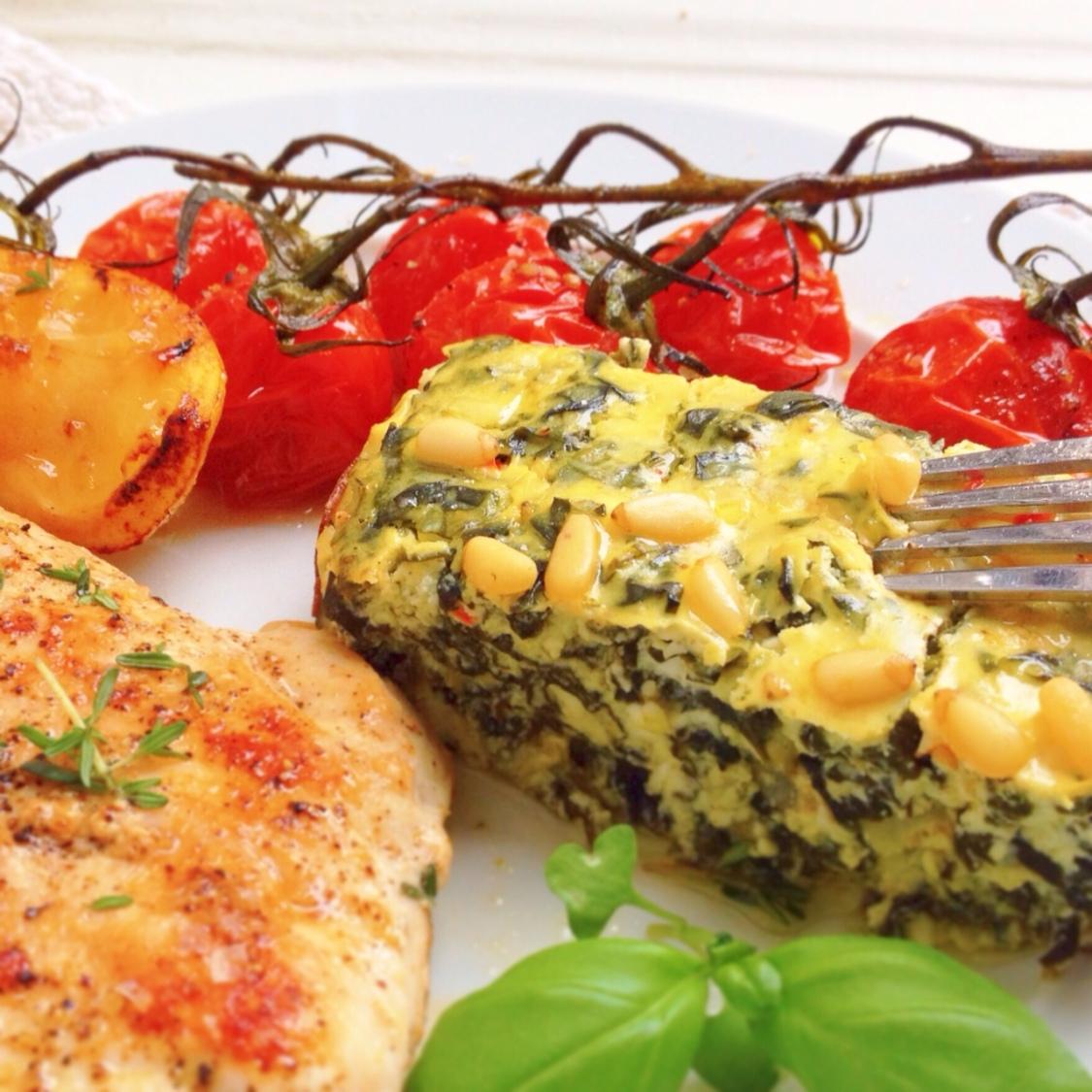 Ugnsbakad ost med spenat, tomat och kyckling