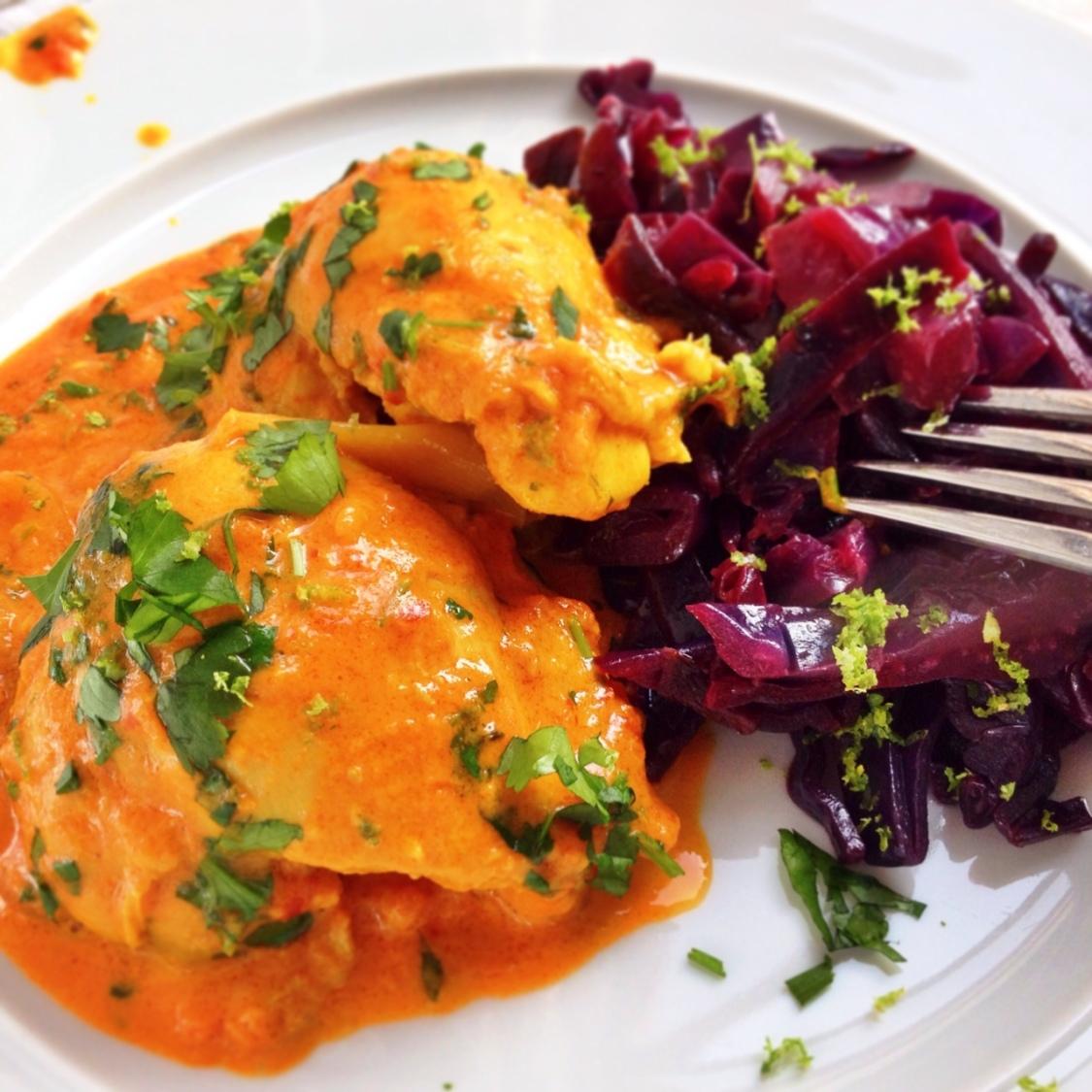 Indisk kycklinggryta med smörstekt rödkål